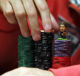 El poker y los amuletos.