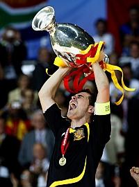 Iker Casillas levanta la copa que acredita a Espa�a como campeona de Europa en el a�o 2008 / RAFA CASAL (MARCA)