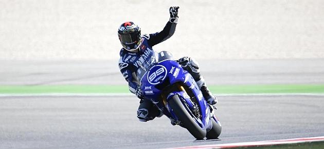 Lorenzo saluda tras conseguir la victoria en Misano