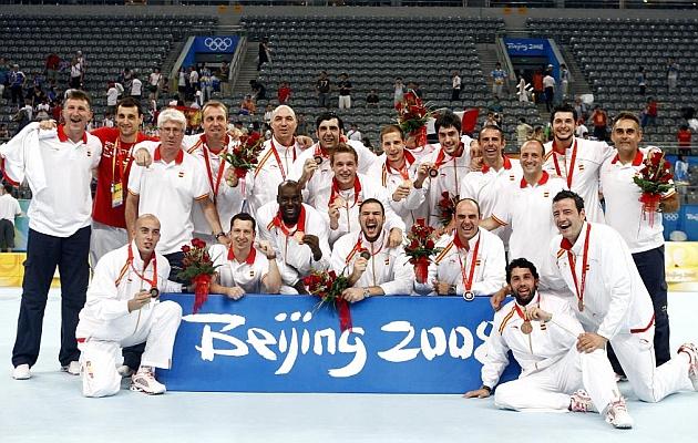 La selección de balonmano celebra el bronce de Pekín 2008. FOTO JOSE A. GARCIA   MARCA