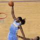 Kenneth Faried ejecuta un mate con dos madres para reinar en la noche NBA