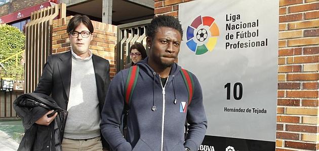 Obafemi Martins sale de la sede de la LFP tras pagar su cláusula de rescisión. / RAFA CASAL (MARCA)
