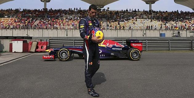 Webber, resignado, espera a que le recojan al lado de su RB8 / RV RACING PRESS