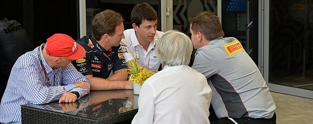 Horner, con Lauda y Toto Wolff, charlan con Paul Hembery (Pirelli) en presencia de Ecclestone Foto: J.M. Rubio