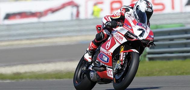 Carlos Checa, en el circuito de Assen sobre su Ducati Panigale / WORLDSBK.COM