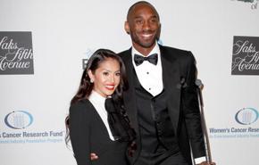 Kobe, con smoking... y con férula