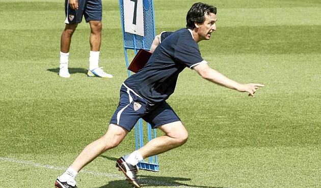 Emery corre en un entrenamiento del Sevilla. FOTO: Iñigo Hidalgo   MARCA