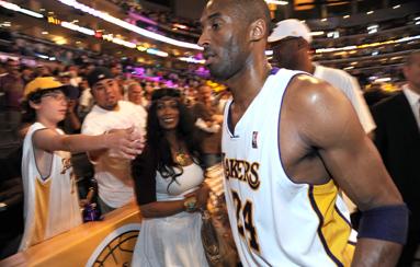 Kobe se impone legalmente a su madre y bloquea la subasta de sus trofeos escolares