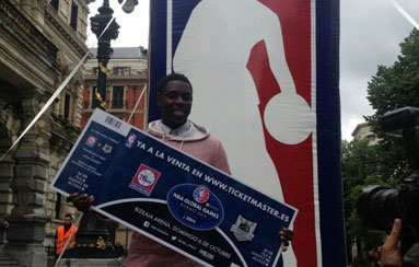 Jrue Holiday presenta la venta de entradas para el Bilbao-Sixers