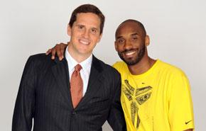 Kobe da la bienvenida a Mark Madsen
