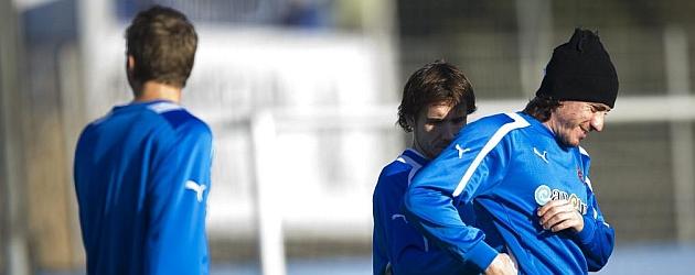 Verdú abraza a Cristian Álvarez en un entrenamiento del Espanyol / PABLO PUEYO (MARCA)