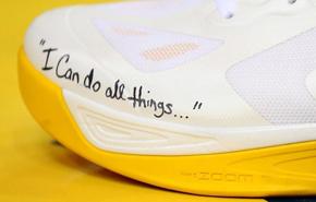 Mensaje motivador en la zapatilla