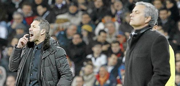 Mourinho y Simeone, en la banda del Bernabéu / REUTERS
