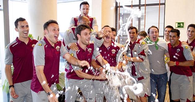 Los jugadores celebran en el hotel de Almería el ascenso / Curro Vallejo (Marca)