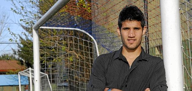 Lisandro Ezequiel López (23) posa junto a unas porterias en el campo de entrenamiento de Newell's / DIARIO OLÉ, MARCA