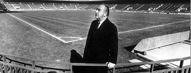 Vicente Calderón posa en una esquina del estadio del Atlético / Archivo MARCA