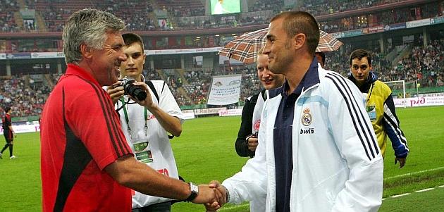 BUENOS AMIGOS. Carlo Ancelotti mantiene una buena relaci�n con Fabio Cannavaro, despu�s de coincidir en el Parma como entrenador y jugador. En la imagen, ambos se saludan antes de un partido amistoso cuando Ancelotti era t�cnico del Milan y Cannavaro, jugador del Real Madrid. / BEATRIZ GUZM�N (MARCA)