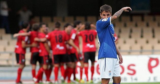Adri�n se tapa la boca en el partido ante el Mirand�s / Paco Mart�n (Marca)