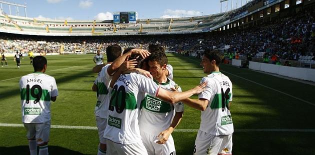 Los jugadores del Elche celebran el gol del empate ante el Castilla / Manuel Lorenzo (Marca)