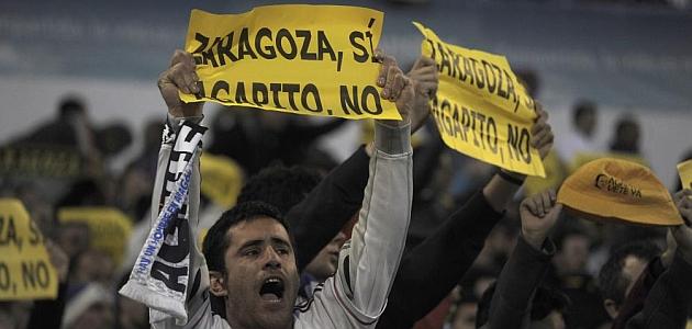 Los aficionados del Zaragoza protestaron contra Agapito / AFP
