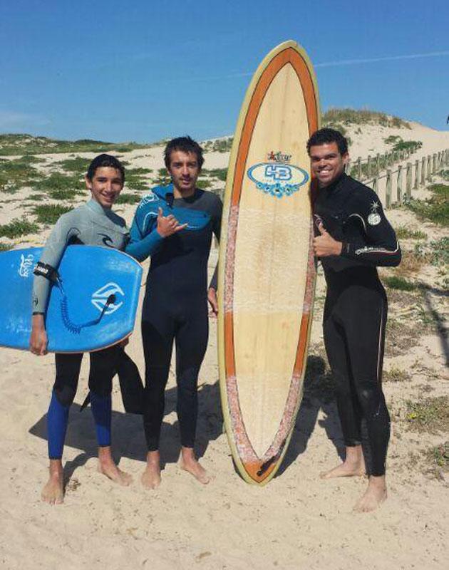 Pepe se relaja haciendo surf