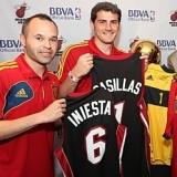 Alonzo Mourning y Tim Hardaway 'fichan' a Iker Casillas y Andrés Iniesta para los Heat