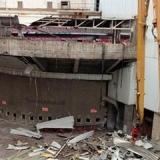 Una gr�a comienza a arrancar la fachada de San Mam�s