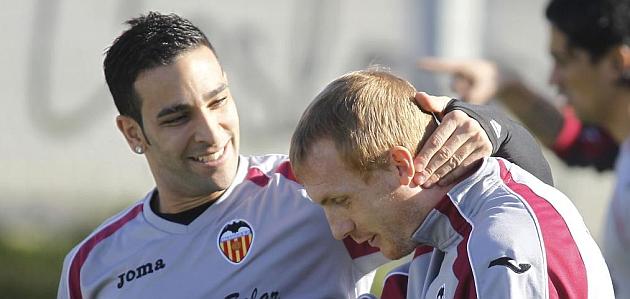 Rami y Mathieu bromean en un entrenamiento del Valencia / JOSÉ ANTONIO SANZ (MARCA)