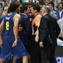 Madrid-Bar�a: M�xima tensi�n en el segundo asalto y los �rbitros bajo lupa