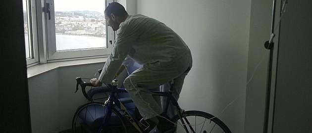 Jes�s Cobelo hace ejercicio sobre su bicicleta en el hospital / MARCA