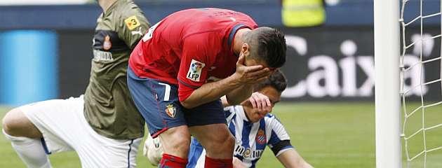 Kike Sola se lamenta de una ocasión fallada en un partido de Liga / Cristina Abadía (MARCA)