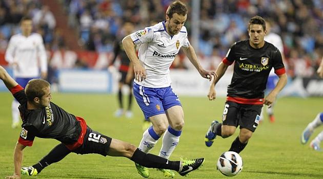 Montañés evita la entrada de Pulido en el último partido de Liga. FOTO: Toni Galán | MARCA