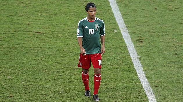 Gio abandona el terreno de juego tras el choque ante Italia. FOTO: Reuters