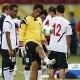 Los jugadores de Tahití regalan entradas a hinchas brasileños