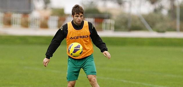 Héctor Verdés controla un balón en un entrenamiento del Elche / MANUEL LORENZO (MARCA)