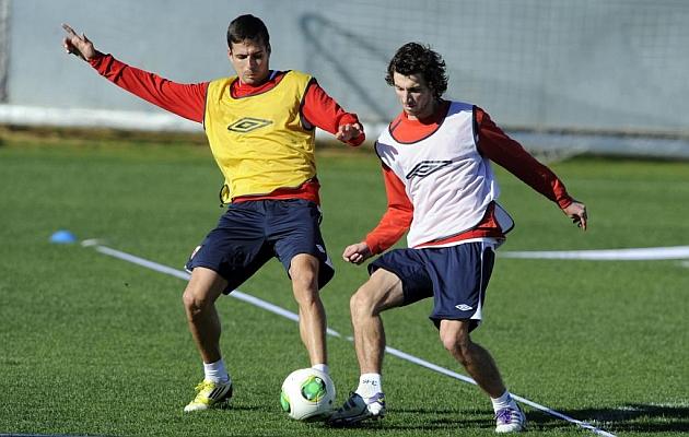 Del Moral y Stevanovic en un entrenamiento del Sevilla. FOTO: KIKO HURTADO | MARCA