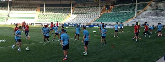 Los jugadores de la selección sub 20 se ejercitan en el escenario del partido