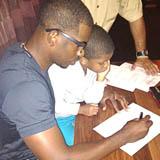 Chris Paul con su hijo firmando la ampliación