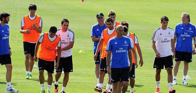 Zidane mira con lupa a los jóvenes