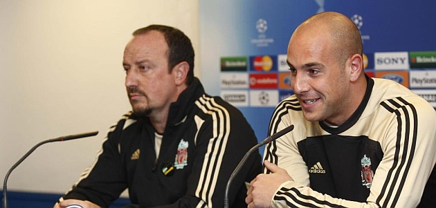 Benítez y Reina, en una rueda de prensa en la época del técnico en el Liverpool / PABLO GARCÍA (MARCA)