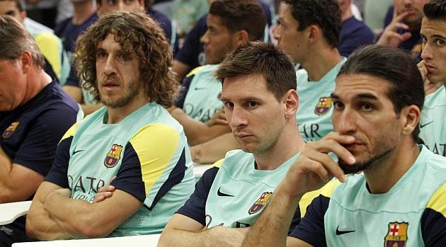 Puyol, Messi y Pinto, muy serios durante la comparecencia de Rosell / AFP