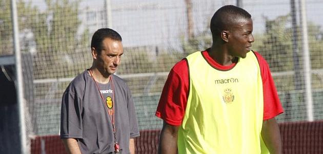 Pereira, en un entrenamiento del Mallorca con Oltra detr�s / MONSERRAT (MARCA)