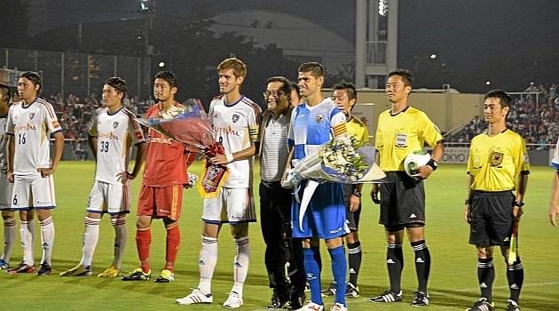 Los dos capitanes posan antes del inicio del partido con flores / Sabadell CE
