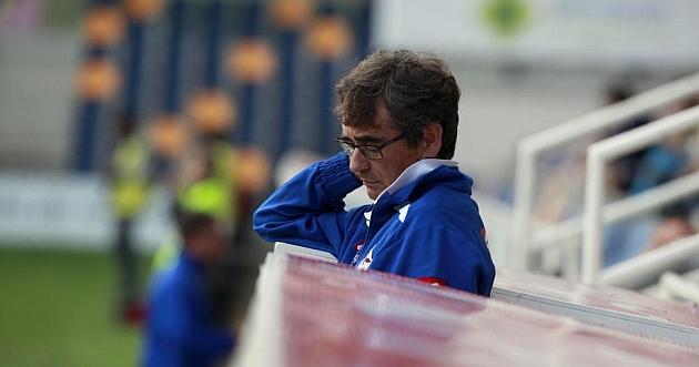 Fernando Vázquez, pensativo durante el partido en Pontevedra / Noe Parga (Marca)