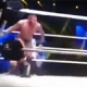 Sube al ring y ataca por detrás a un luchador