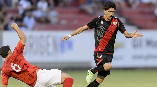 José Carlos se marcha de un rival en el amistoso en Alcalá / DIEGO G. SOUTO (MARCA)