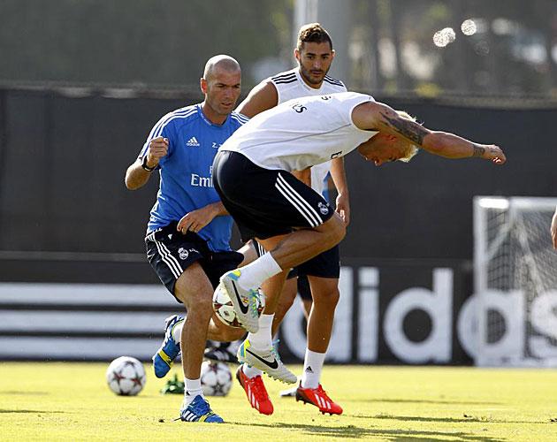 Zidane particina en uno de los rondos / Foto: Chema Rey (MARCA)