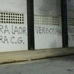 Pintadas en el estadio del Santos tras la goleada del Barcelona