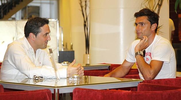 Postiga se ha reunido con Braulio Vázquez, secretario técnico del Valencia, nada más llegar a la capital del Turia. MIGUEL ÁNGEL POLO | MARCA