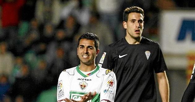 Kiko Olivas, detrás del ilicitano Angel, en un partido del Córdoba / Manuel Lorenzo (Marca)